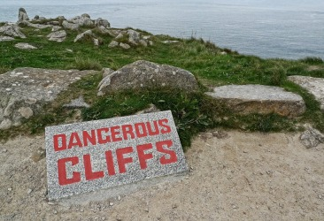 dangerous-1040641_1280.jpg